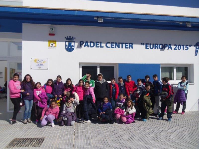 """Todo el grupo delante de las instalaciones de """"Padel Center Europa 2015""""."""