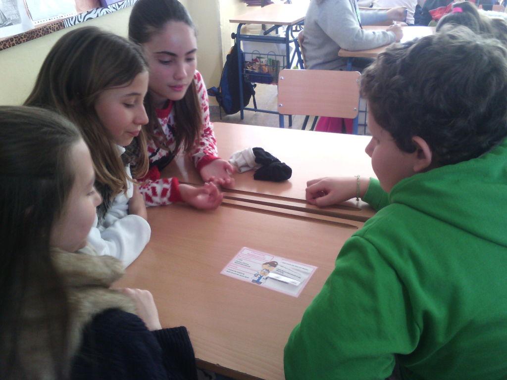 Uno de los grupos leyendo las instrucciones.